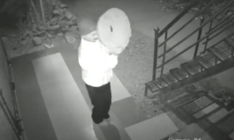 Tên trộm che mặt vẫn bị camera ghi lại