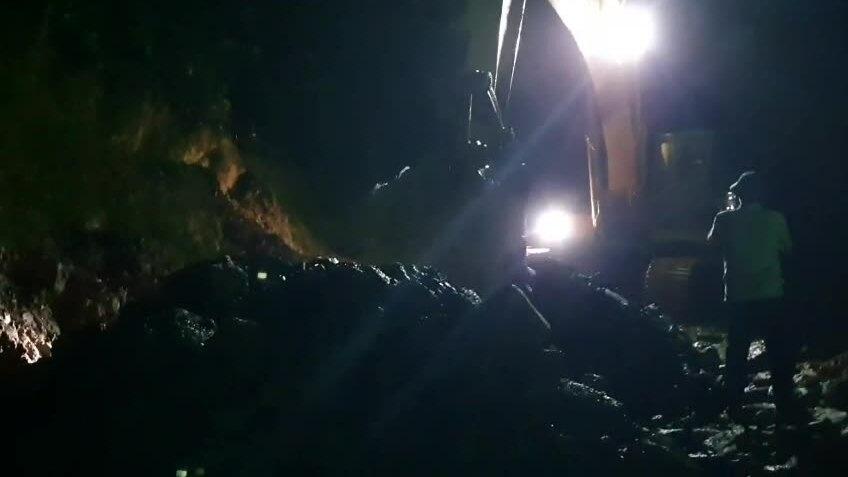 Video xuyên đêm chở đá mở đường vào hiện trường