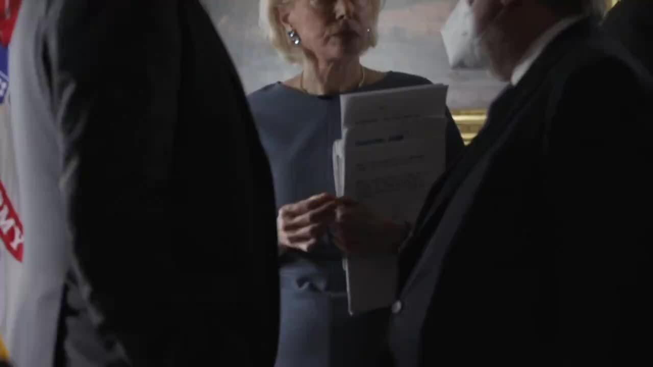 Người dẫn chương trình Mỹ không đeo khẩu trang tại Nhà Trắng