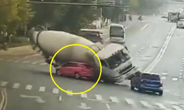 Ôtô bị đè bẹp khi dừng trước đầu xe bồn