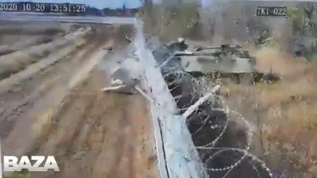 Xe thiết giáp Nga húc đổ tường sân bay