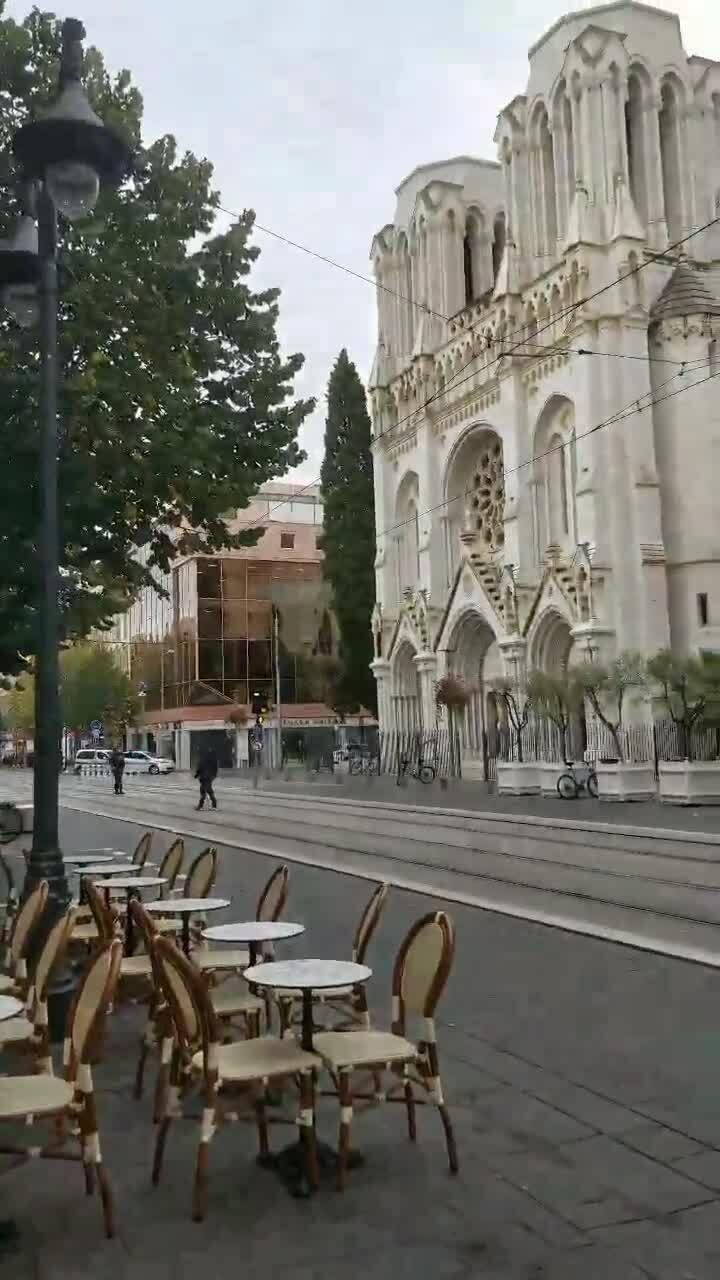 Đâm dao bên ngoài nhà thờ ở Pháp