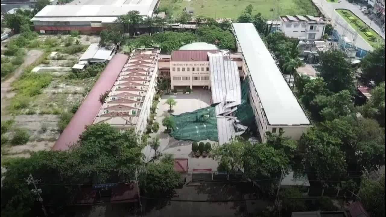 Dông lốc làm tốc mái tôn trường học, cây ngã ở Sài Gòn