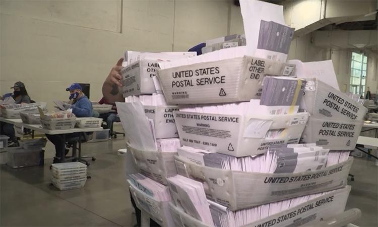 Bên trong cơ sở xử lý phiếu bầu qua thư tại Mỹ