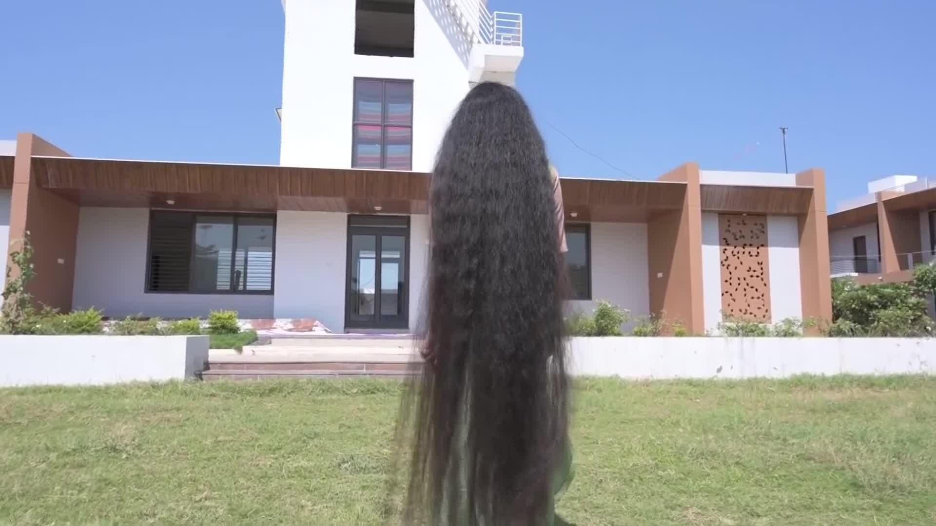 Nữ sinh lập kỷ lục thế giới với mái tóc dài 2 mét