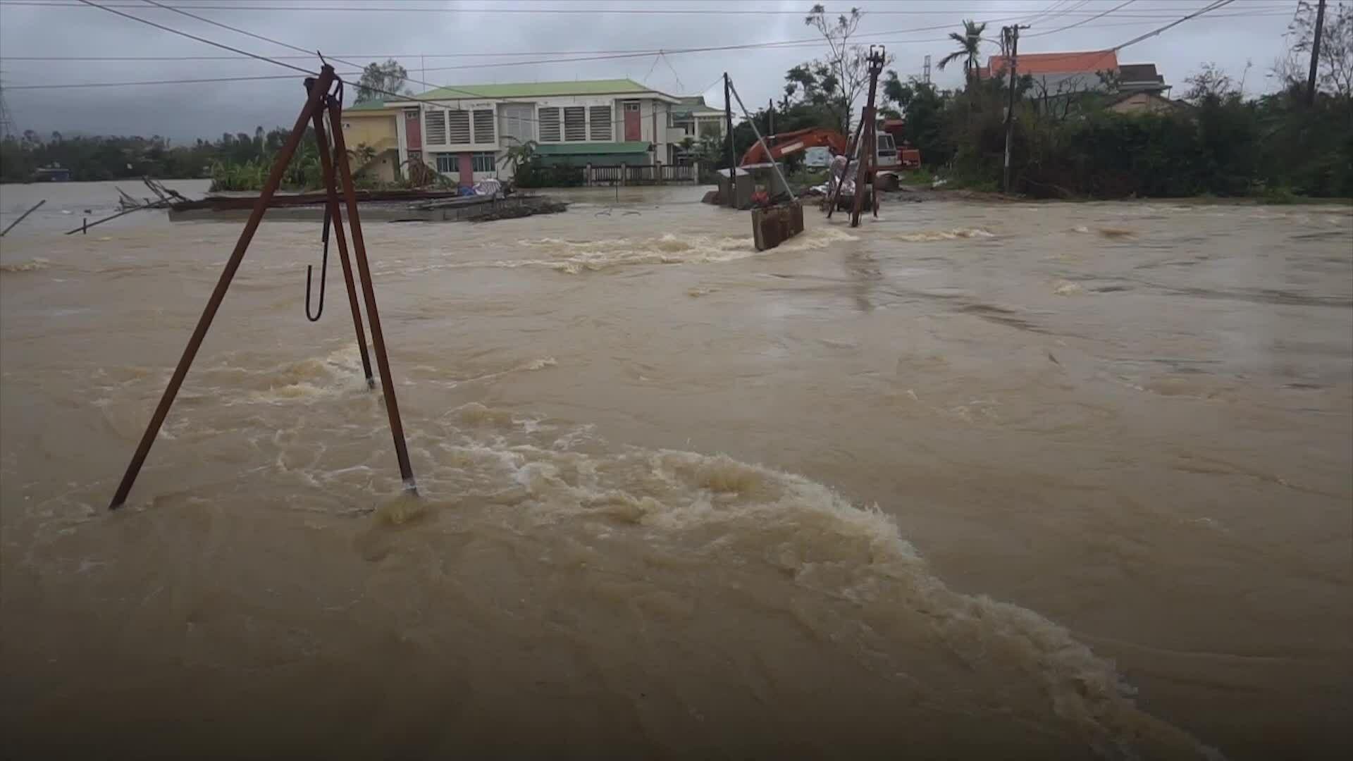 Nước lũ bao vây nhiều nhà dân ở Quảng Ngãi