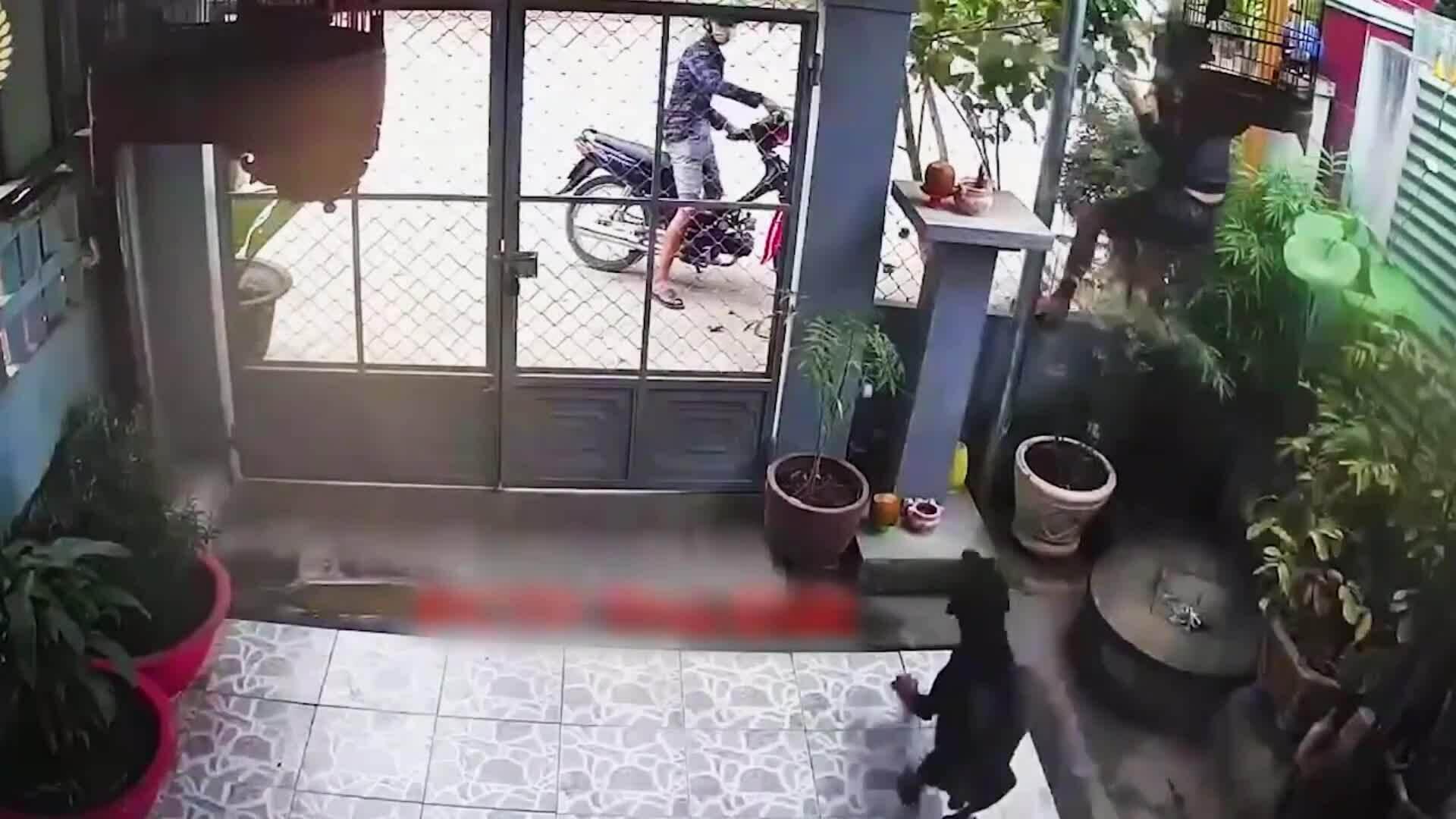 Bị chó đuổi, tên trộm nhảy rào thoát thân
