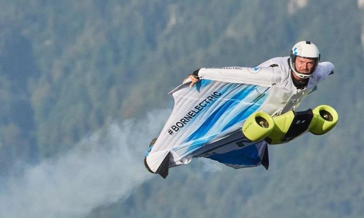 Bộ đồ bay động cơ điện tốc độ 300 km/h