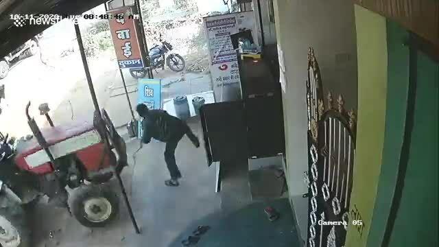 Người đàn ông đứng trước cửa bị xe công nông chèn trúng