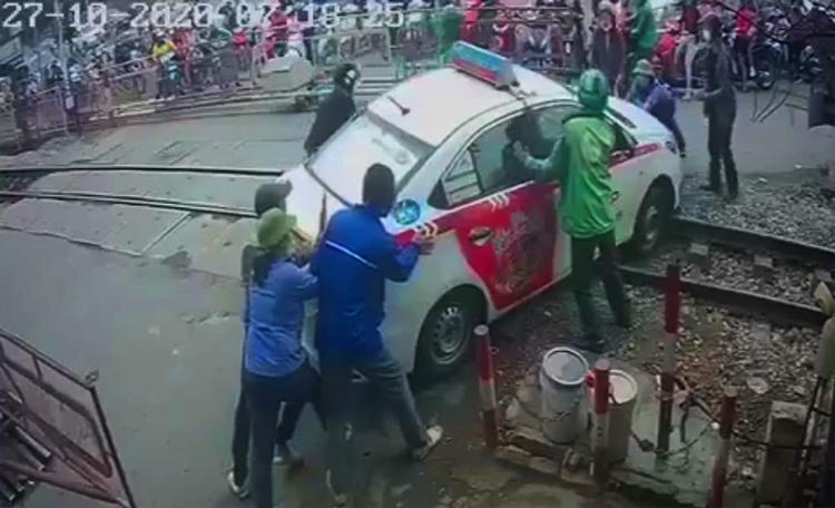 Tài xế taxi bị phạt vì cố tình vượt rào chắn đường sắt