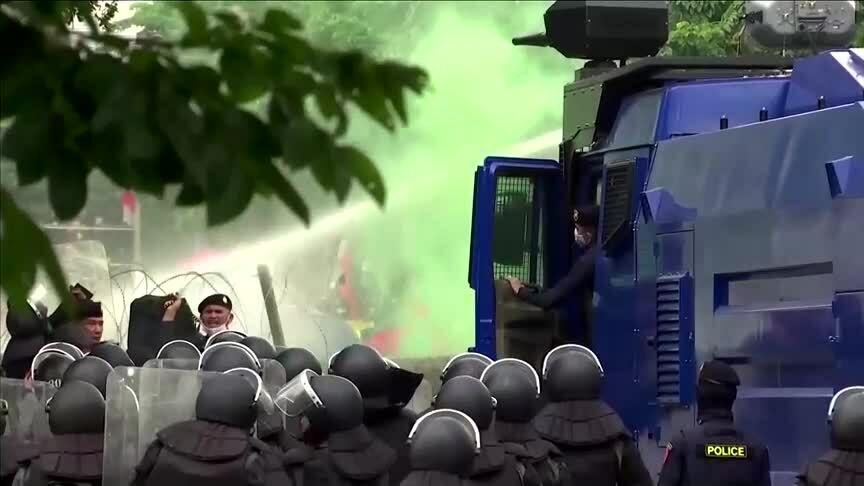 Cảnh sát Thái phun vòi rồng dẹp biểu tình
