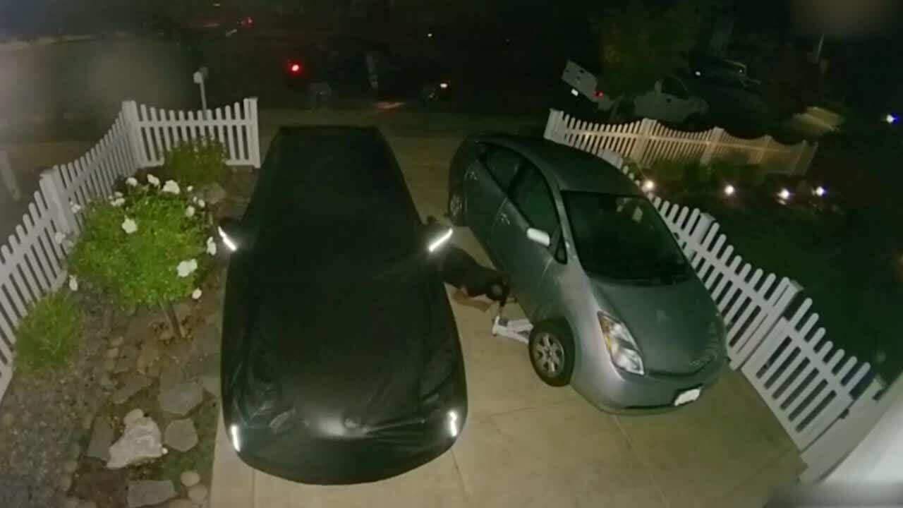Chui dưới gầm xe để cắt trộm ống xả ôtô