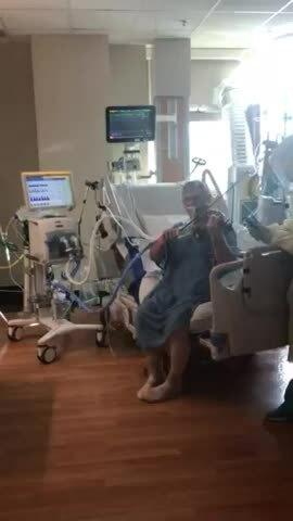 Bệnh nhân Covid-19 vừa thở máy vừa chơi violin