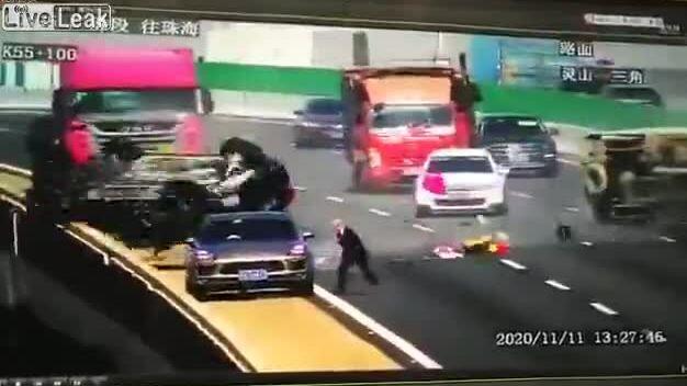 Tài xế hỏng xe thoát chết giữa đường
