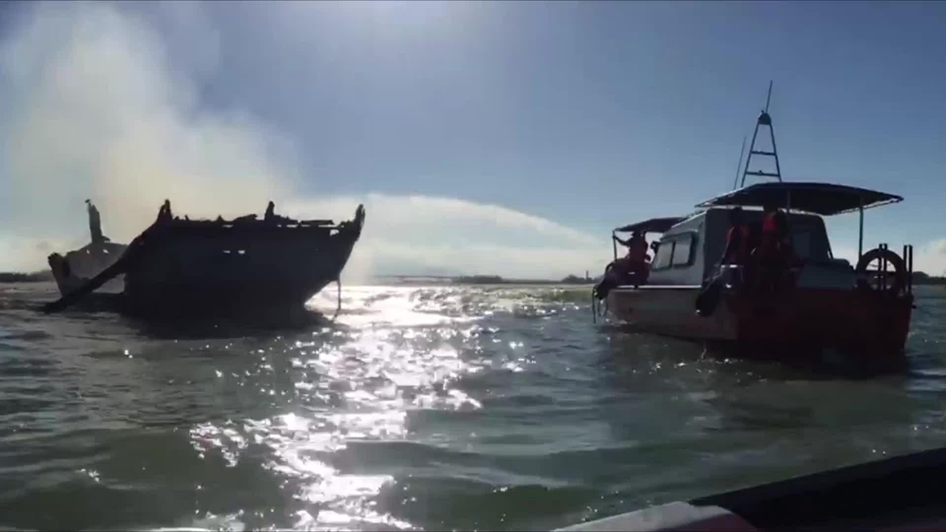 Tàu chở 18 người bốc cháy trên biển Cù Lao Chàm