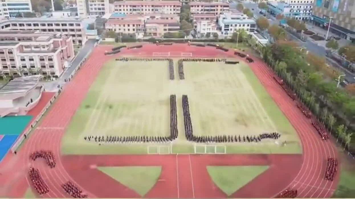 2.500 học sinh tập thể dục như trò chơi 'rắn săn mồi'