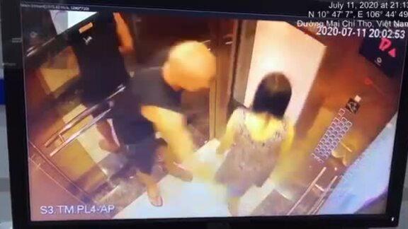 Người nước ngoài vỗ mông phụ nữ trong thang máy