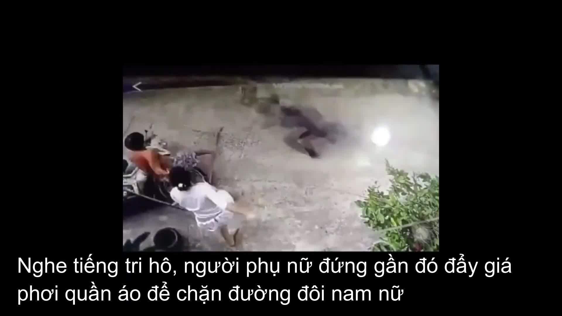Người phụ nữ ném giàn phơi đồ bắt hai tên trộm