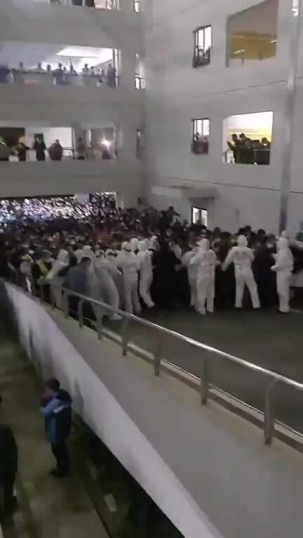 Sân bay Thượng Hải hỗn loạn vì xét nghiệm Covid-19