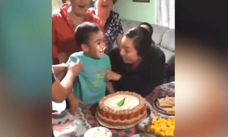 Bé trai tự úp mặt vào bánh sinh nhật