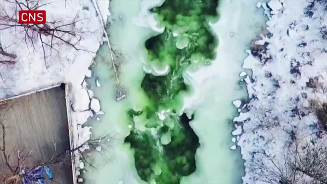 Dòng suối 'ngọc bích' không đóng băng dưới tiết trời -40 ℃
