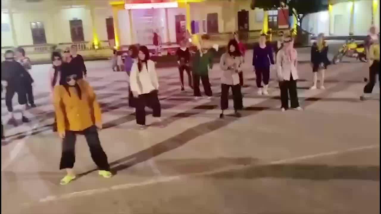 Các cụ bà nhảy 'Chỉ riêng mình ta'