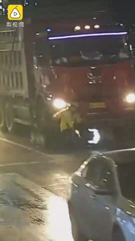 Video cô gái sang đường bất cẩn