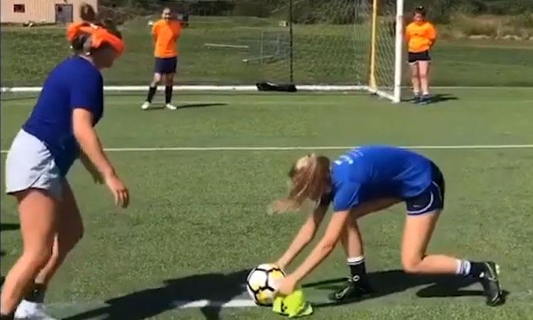 Cô gái bị chơi khăm bịt mắt sút penalty