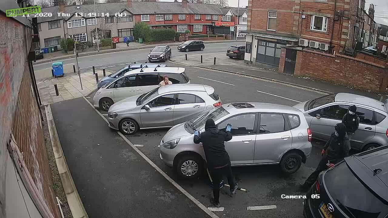 Bộ trung hòa khí thải ôtô bị trộm trong một phút