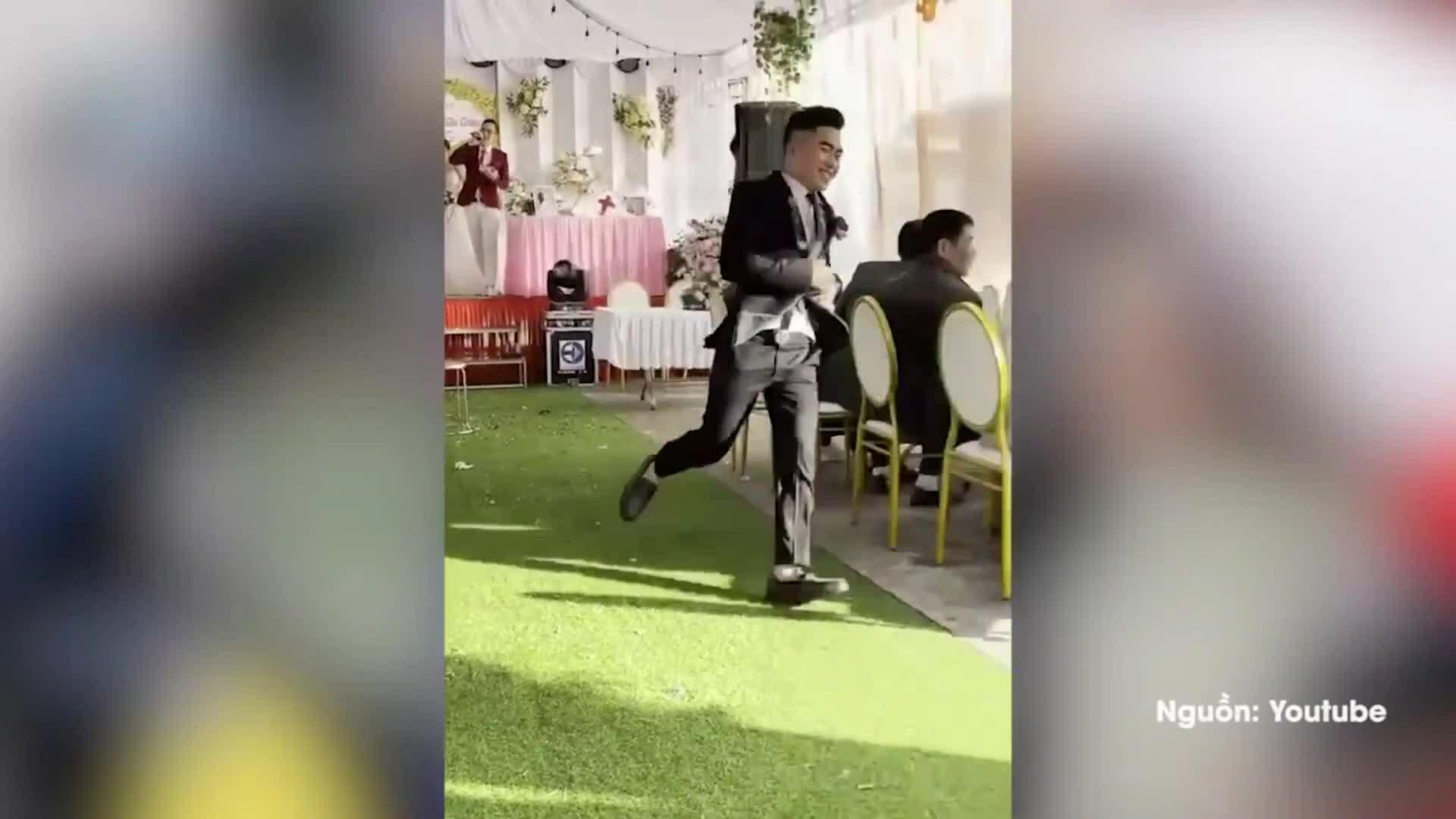 Chú rể chạy đi tìm nhẫn cưới