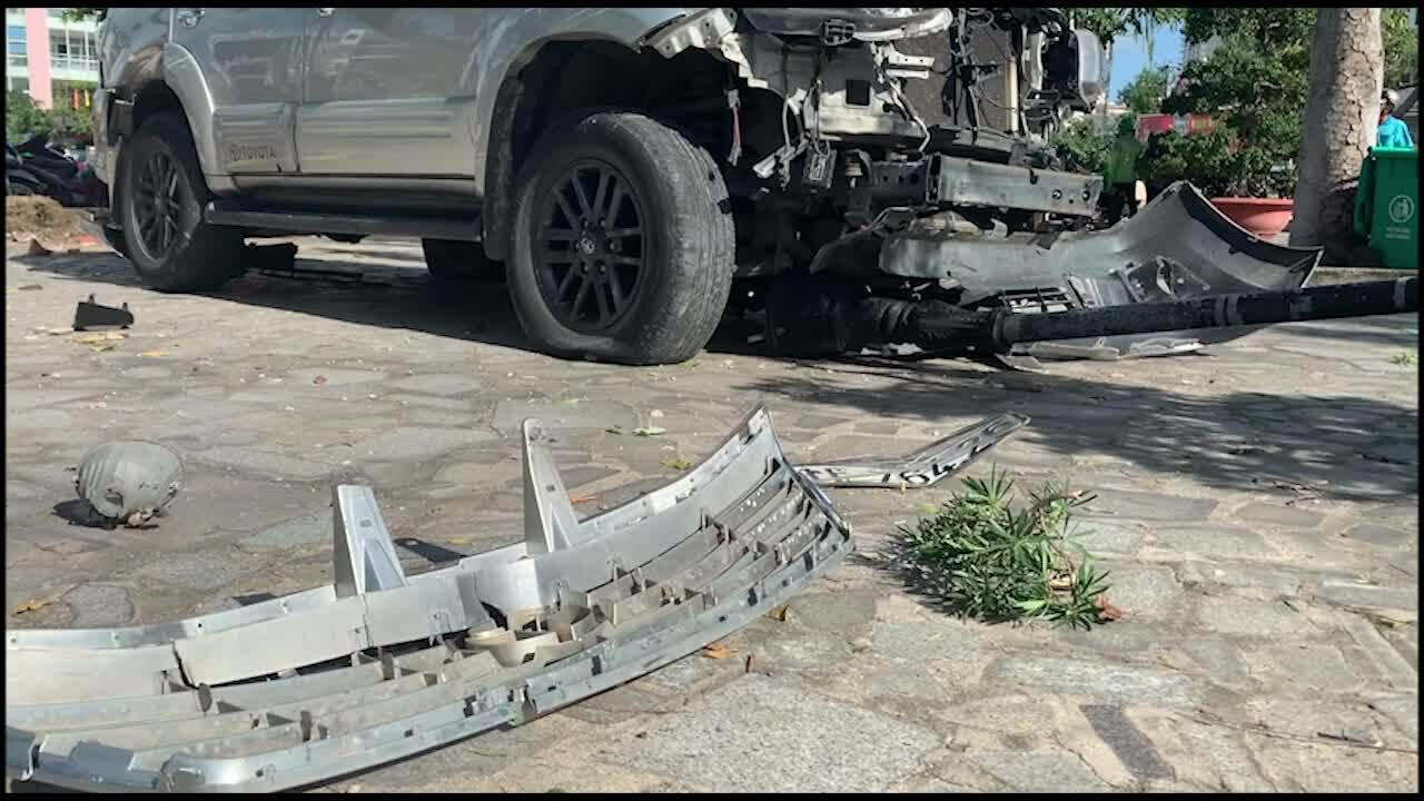 Video minh họa ôtô lao vào khuôn viên nhà thờ đá Nha Trang