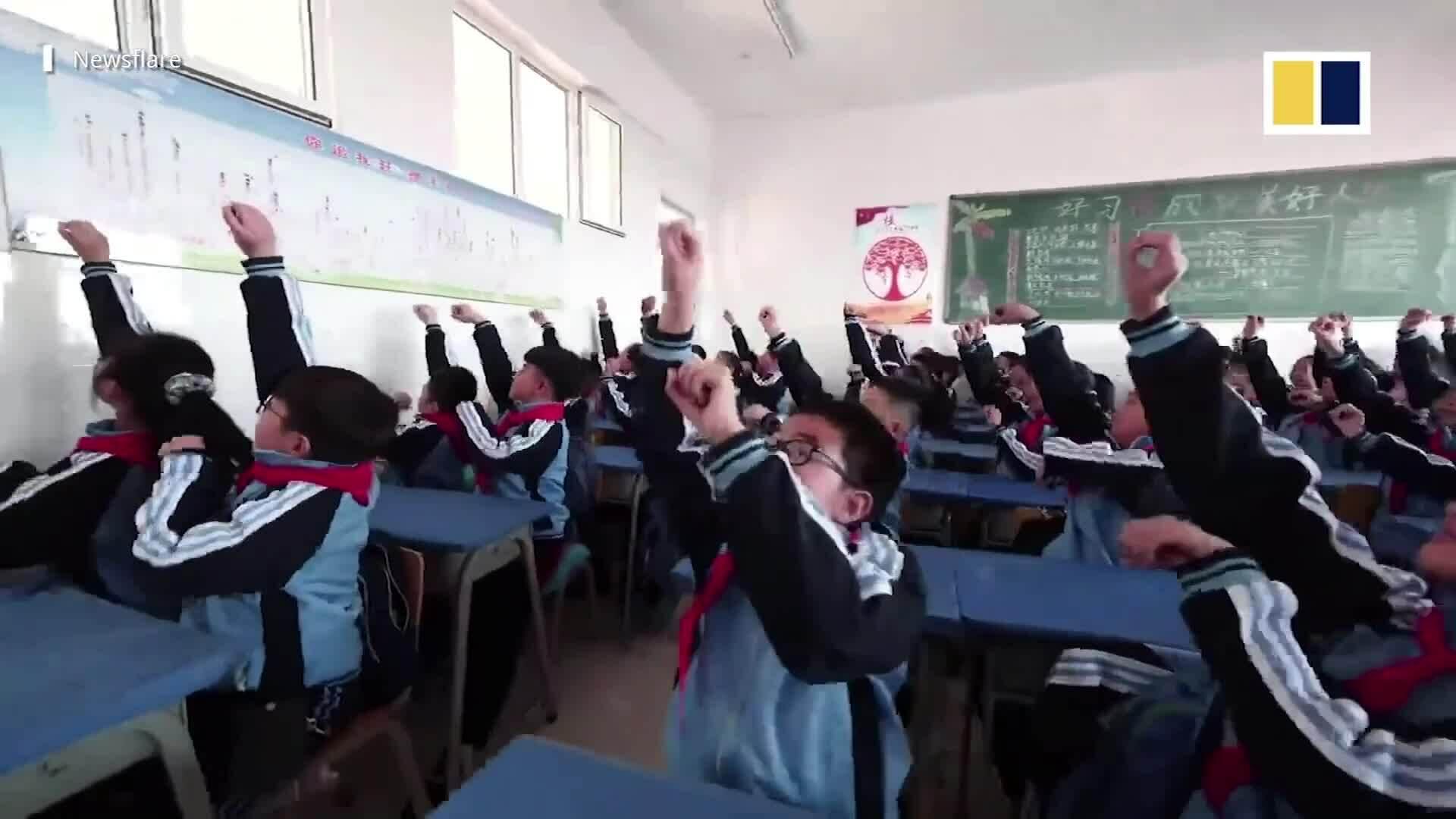 Học sinh 'đua ngựa' trong lớp học