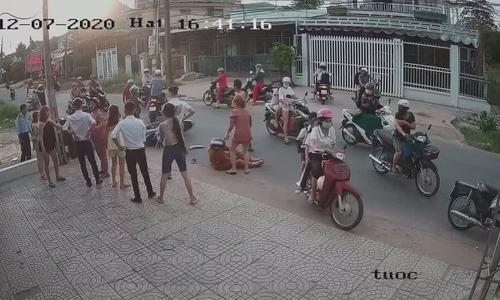 Nữ sinh bị đánh sau va chạm giao thông