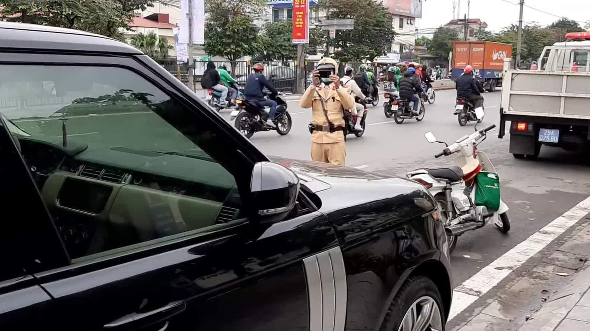 CSGT ngày đầu ra quân dán thông báo phạt nguội trên ôtô vi phạm dừng đỗ