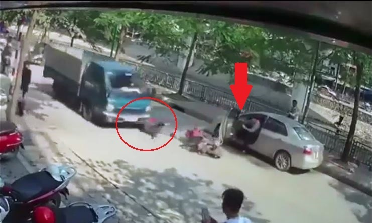 Tài xế mở cửa ô tô bất cẩn, hất văng người đi xe máy.