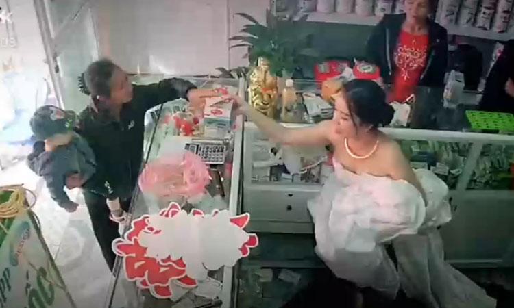 Chuẩn bị lên xe hoa, cô dâu vẫn chạy ra bán thuốc cho khách