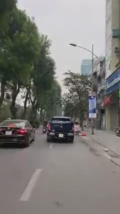 Tài xế xe bán tải lạng lách, vượt ẩu trên phố Hà Nội
