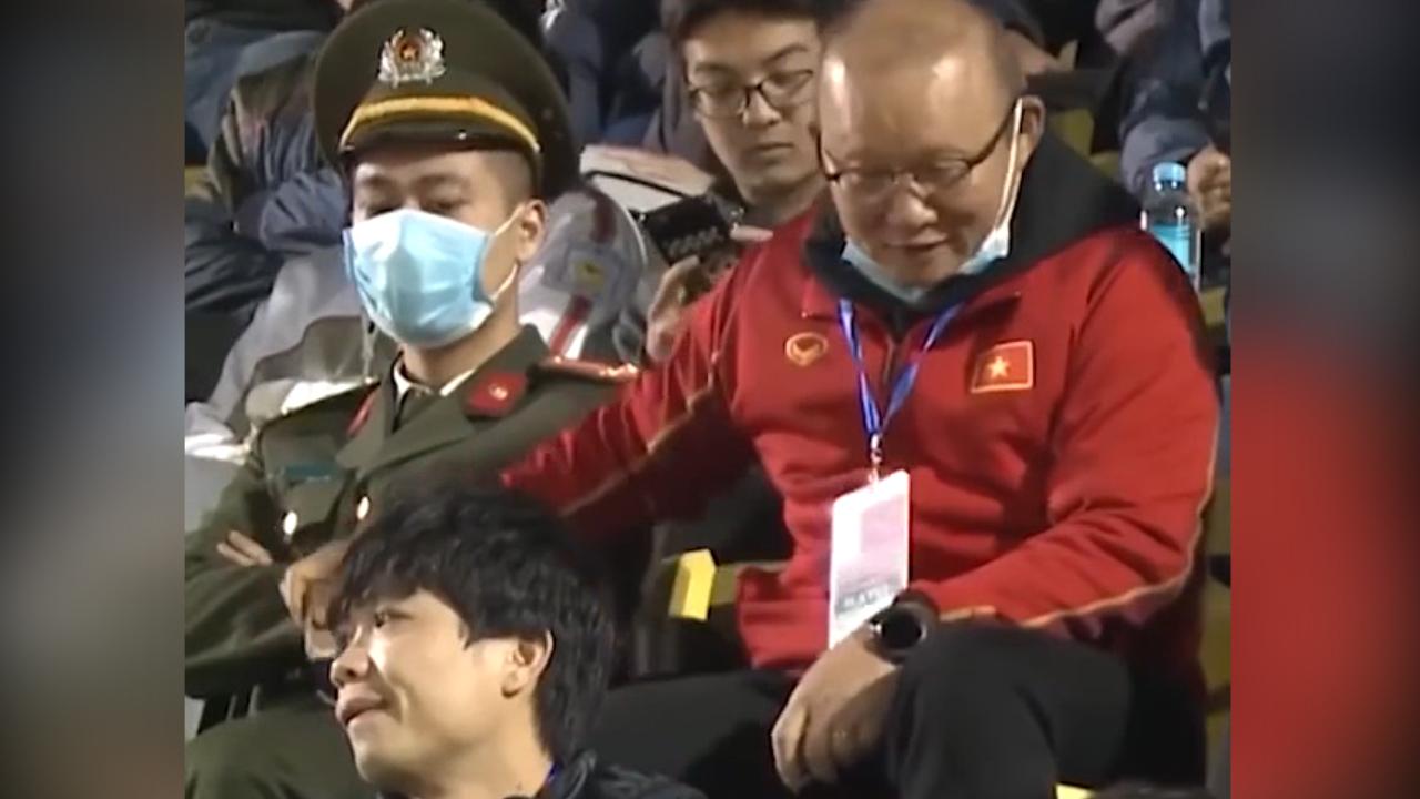 Thầy Park chia kẹo socola cho nhân viên an ninh