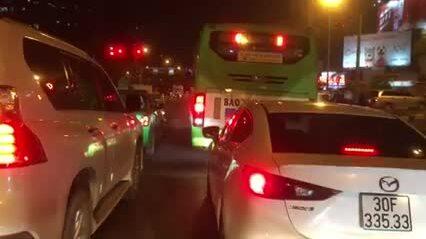 Xe buýt, ôtô thi nhau đừng chờ đền đỏ lấn làn xe máy