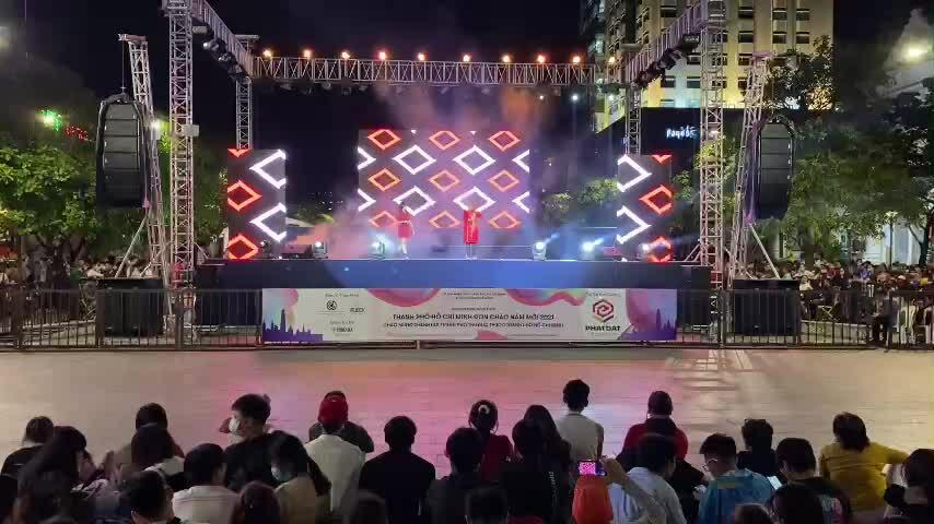 Biểu diễn văn nghệ tại phố đi bộ Nguyễn Huệ