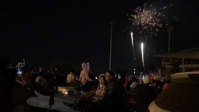 Người dân xem bắn pháo hoa ở sân vận động Mỹ Đình
