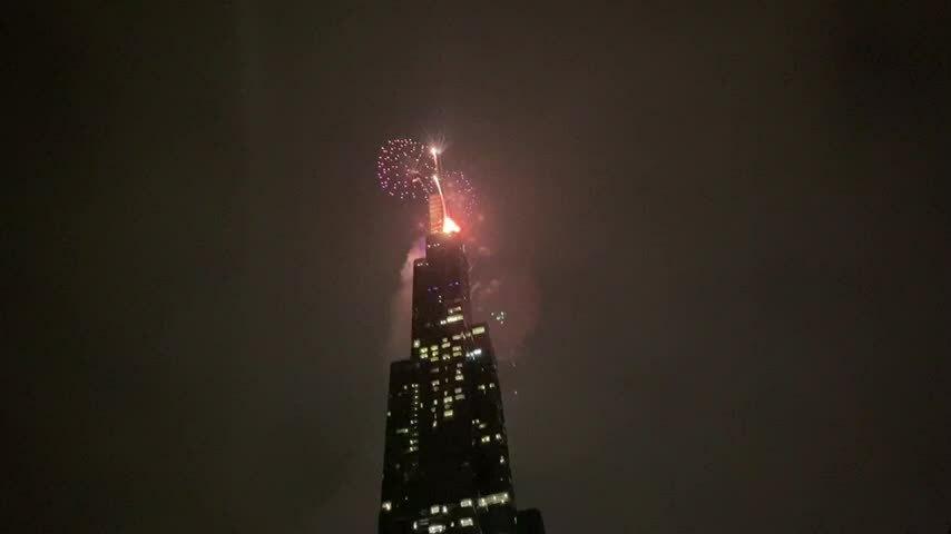 Pháo hoa ở tòa nhà 81 tầng