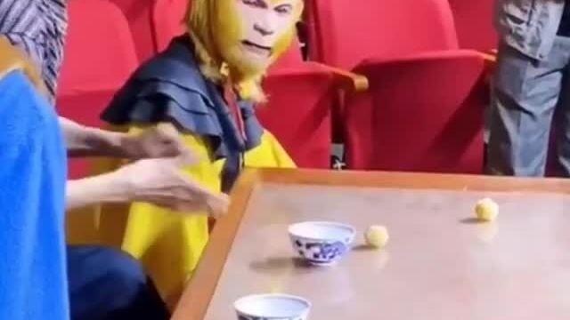 Tôn Ngộ Không ngơ ngác nhìn ông lão ảo thuật