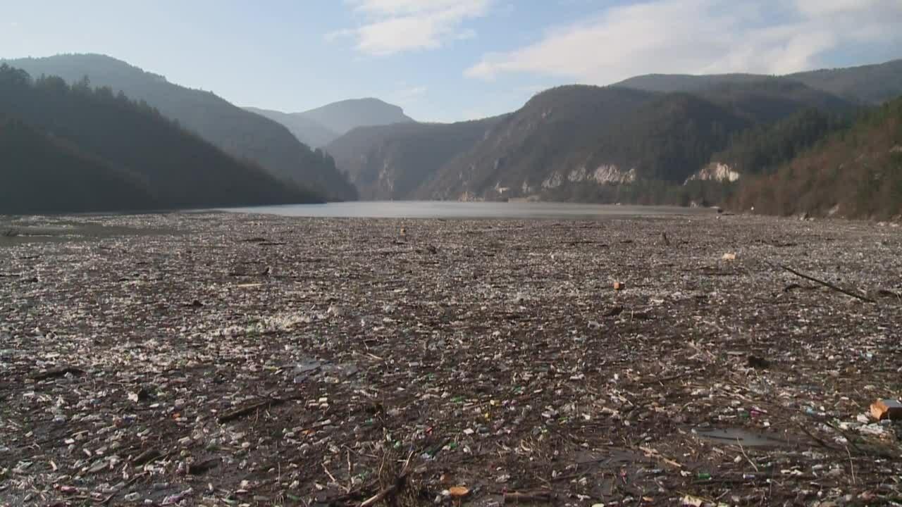 5.000 m3 rác nổi dồn về đập thủy điện trên sông Drina