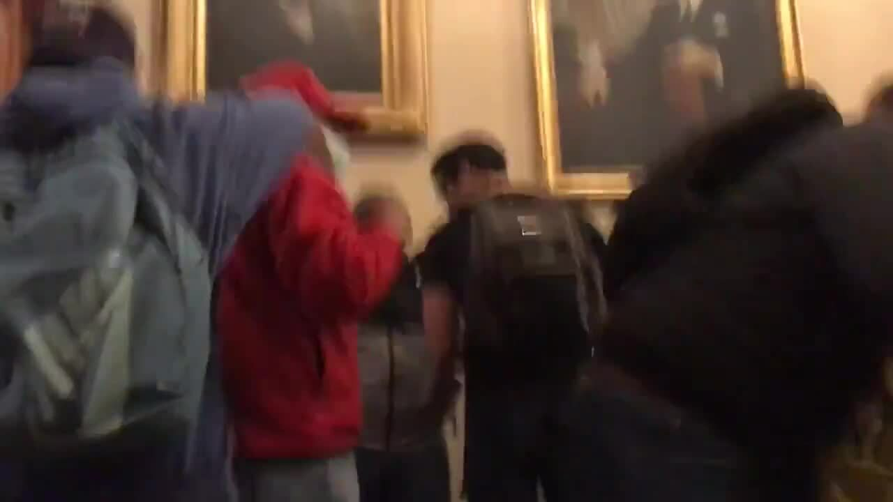Khoảnh khắc người phụ nữ bị bắn trong Điện Capitol