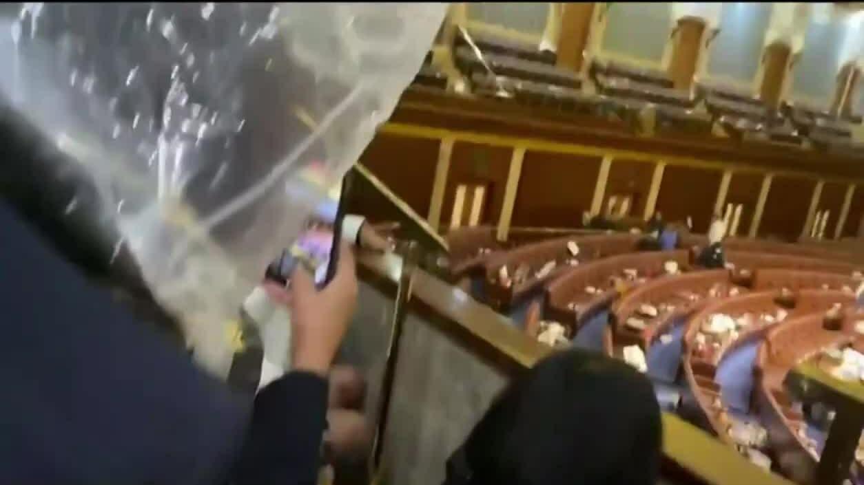 Nghị sĩ Mỹ núp dưới ghế khi người biểu tình xông vào tòa quốc hội