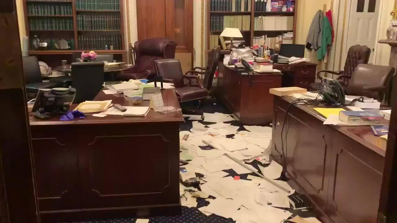 Văn phòng Pelosi bị đập phá sau bạo loạn