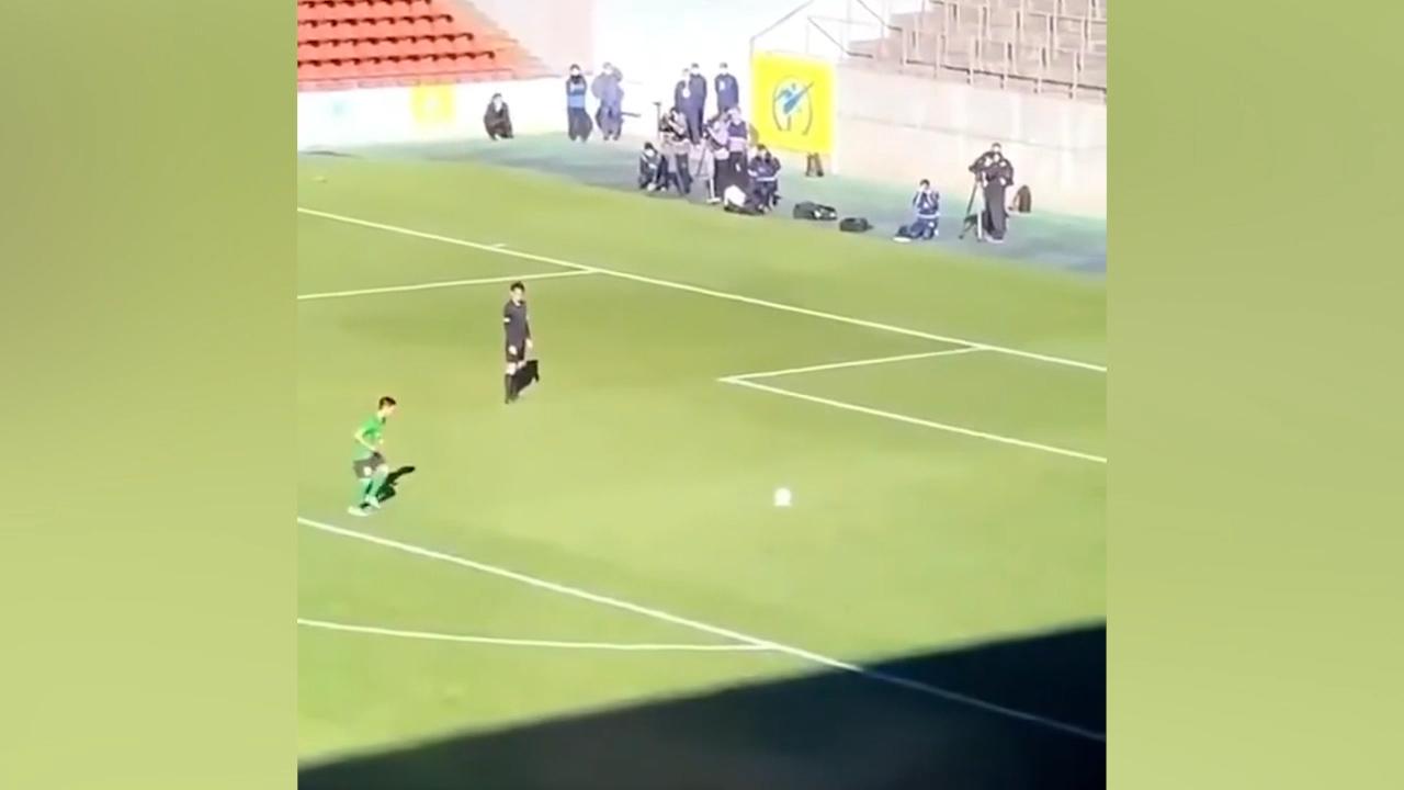 Cầu thủ chạy 'chậm như rùa' khi sút penalty