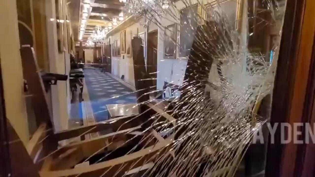 Đình chỉ sĩ quan bắn chết người biểu tình