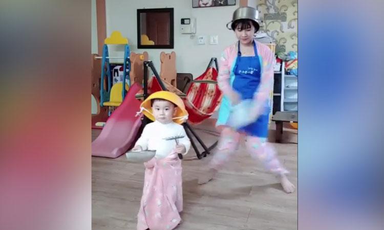 Mẹ bỉm sữa nhảy tưng bừng cùng con trai